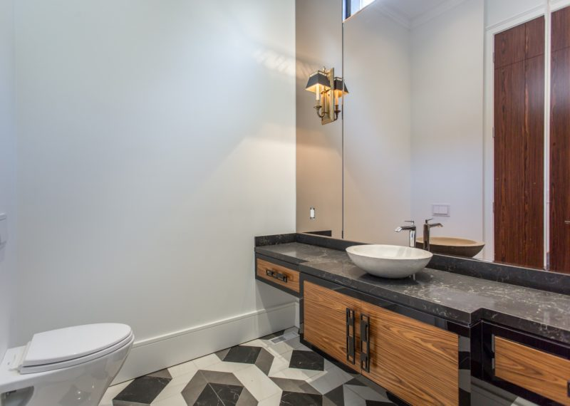 contemporary-bathroom-mirror-and-faucet