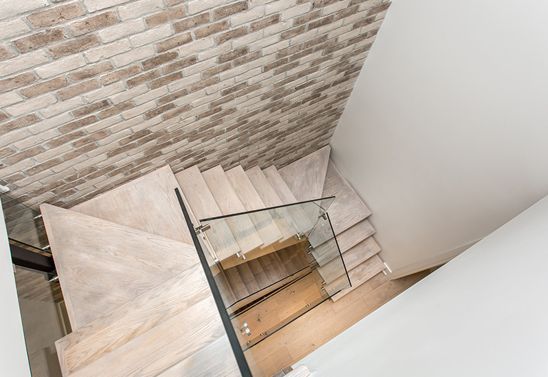 wooden-staircase-with-full-glass-railings-top-view